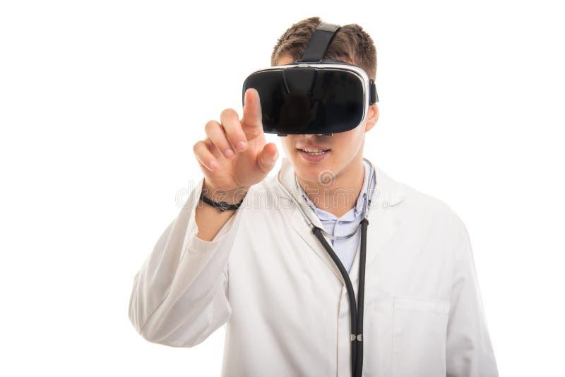 Ståenden av den unga stiliga doktorn som gör en gest med vr, googlar royaltyfri fotografi