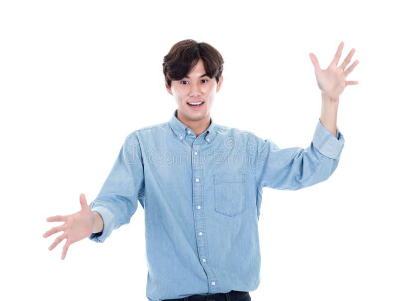 Ståenden av en asiatisk man med båda händer öppnar arkivfoton