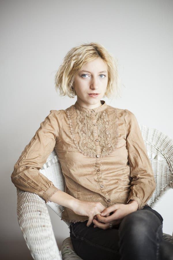 Den blonda unga kvinnan med härliga blått synar arkivfoto