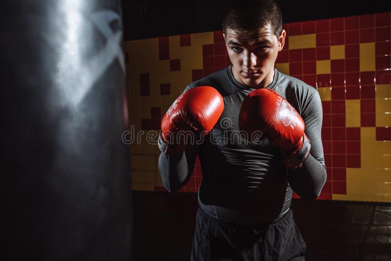Ståenden av en boxare i idrottshallen, en man ser aggressiv arkivfoton