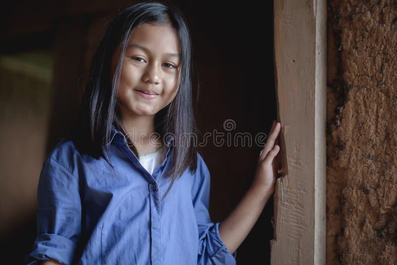 Ståenden av en fattig liten Thailand flicka förlorade i djupa tankar, armod, fattiga barn royaltyfri foto