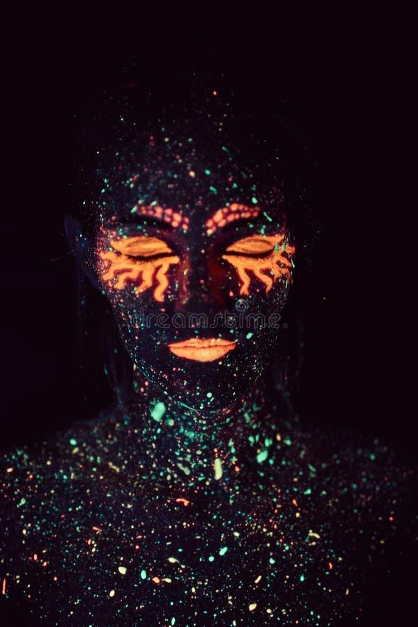 Ståenden av en flicka målade i fluorescerande pulver för den grymma säger miniatyrreaperen halloween för kalenderbegreppsdatumet  arkivfoton