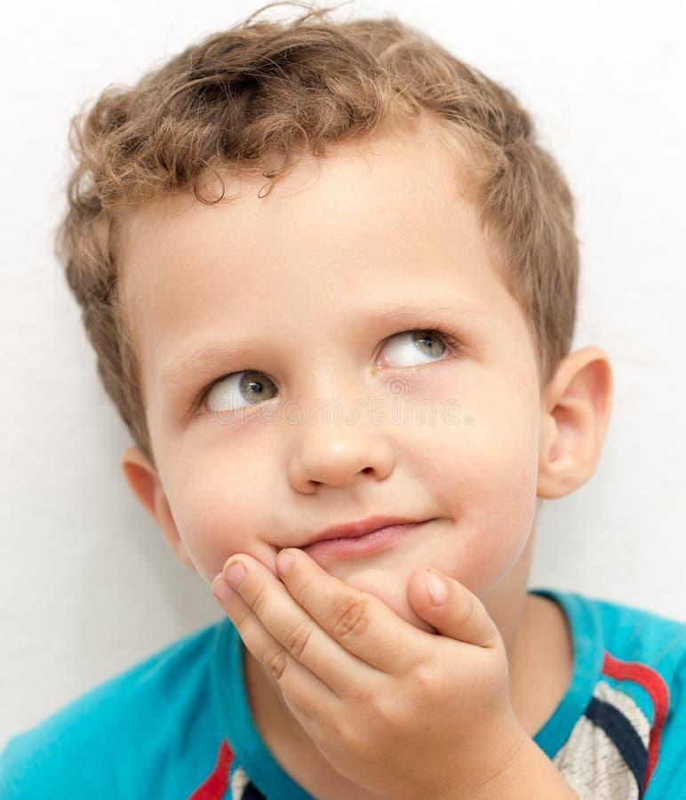 Ståenden av en framsida för pojke` s förvrider arkivfoto