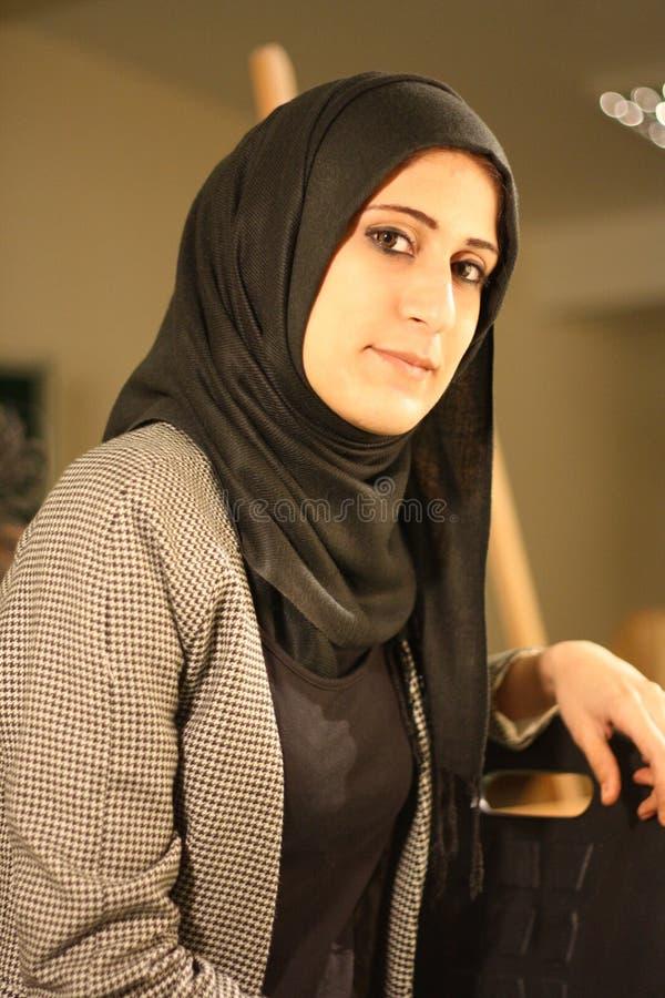 Ståenden av en härlig arabisk flicka skyler in att posera royaltyfria foton
