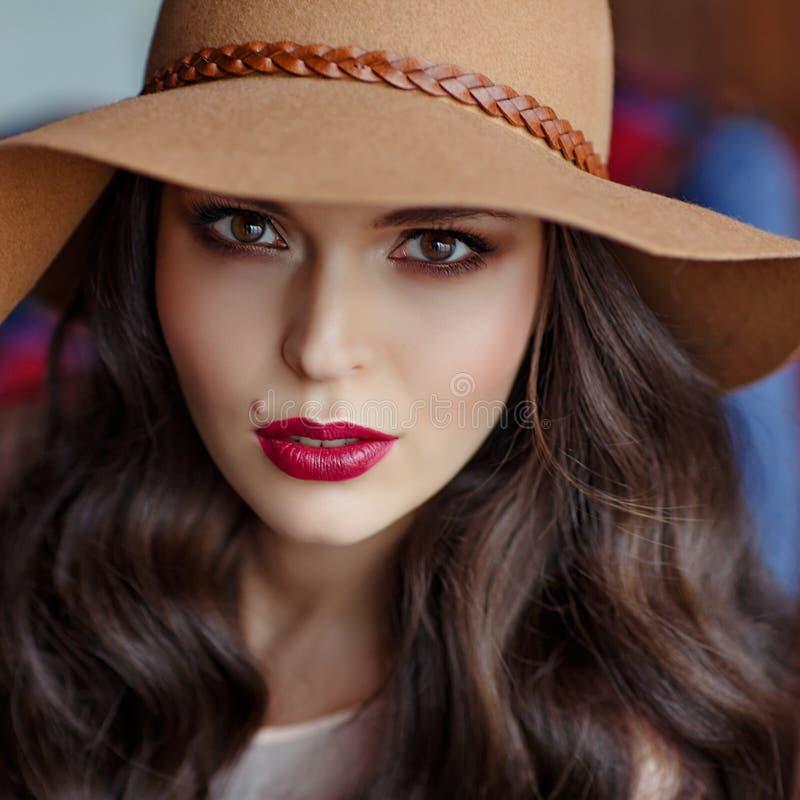 Ståenden av en härlig brunett för elegant kvinna med brunt synar w royaltyfri foto