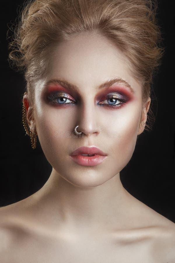Ståenden av en härlig brunettflicka med en mohawk, vaggar stil Modell Girl Portrait för modevippastil arkivbilder