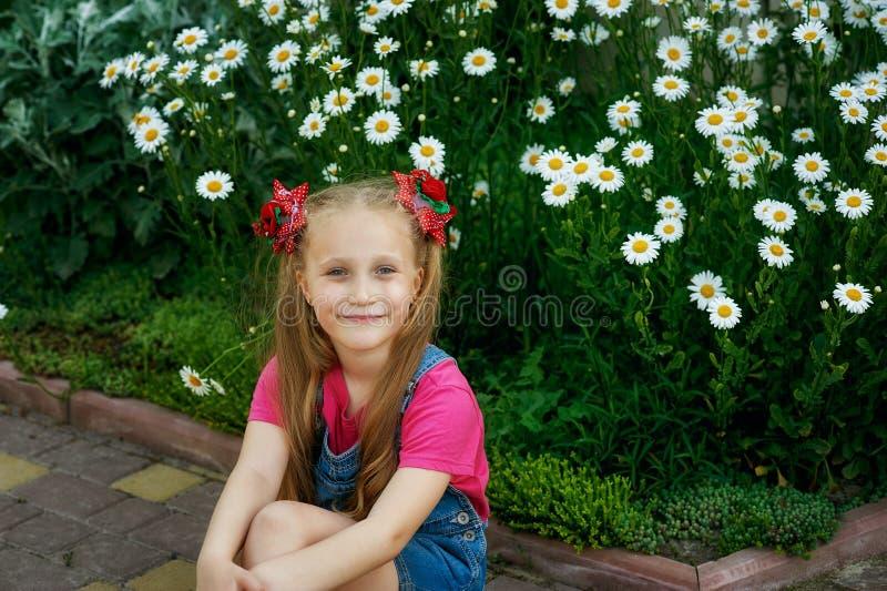 Ståenden av en härlig liten flicka på går på en sommardag royaltyfri fotografi