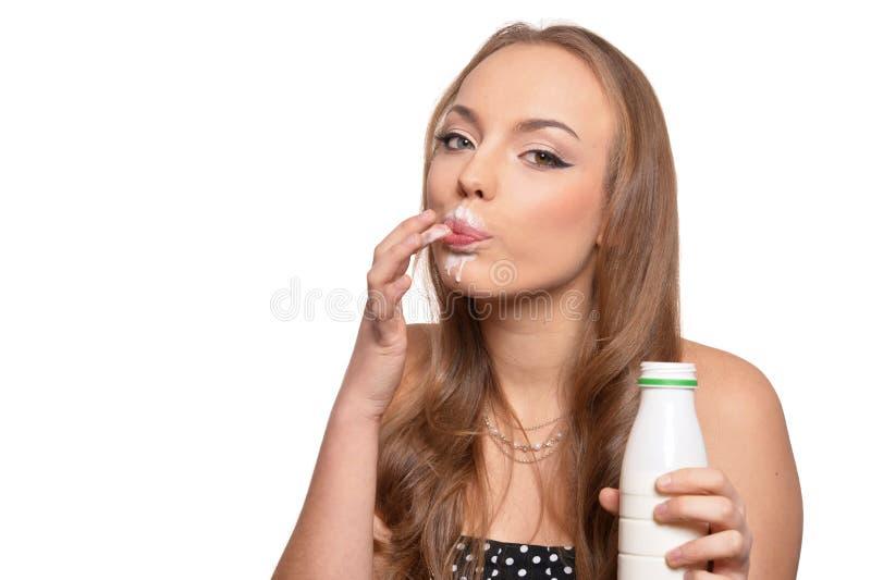 Ståenden av en härlig ung kvinna med mjölkar på vit bakgrund arkivbilder