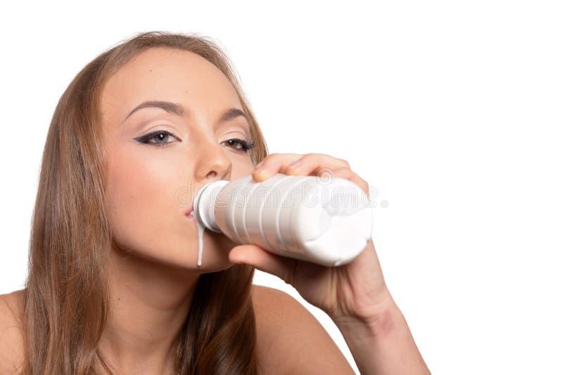 Ståenden av en härlig ung kvinna med mjölkar på vit bakgrund royaltyfria bilder