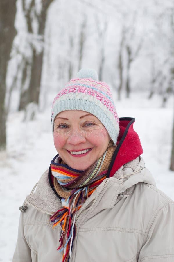 Ståenden av en kvinna i en vinter parkerar arkivfoto