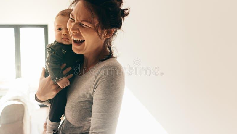 Ståenden av en kvinna med hennes behandla som ett barn royaltyfri fotografi