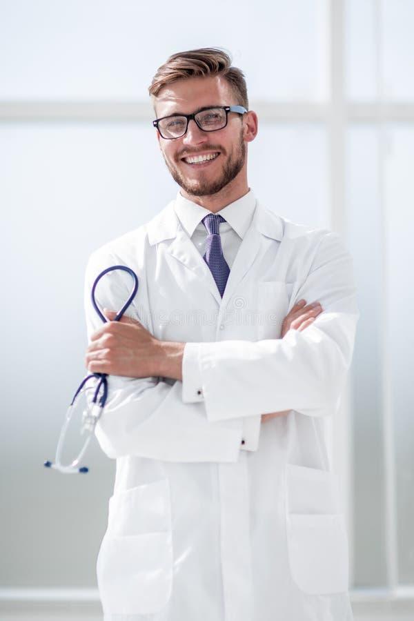 Ståenden av en le mitt åldrades doktorn i labblag med stetoskopet royaltyfri fotografi