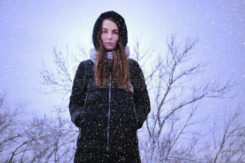 Ståenden av en ledsen kvinna i en vinter parkerar royaltyfria bilder