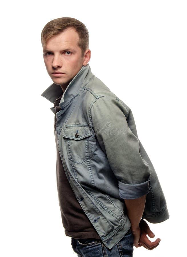 Ståenden av en säker ung man i jeans klår upp royaltyfria bilder