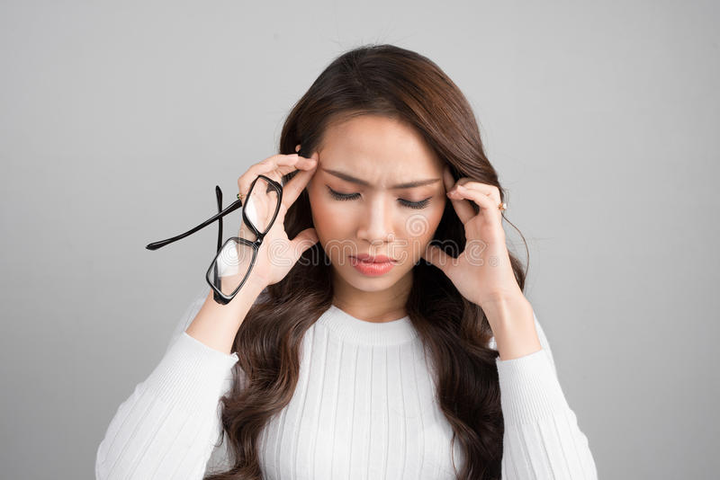 Ståenden av en ung kvinna har en huvudvärk, migrän som isoleras på G fotografering för bildbyråer