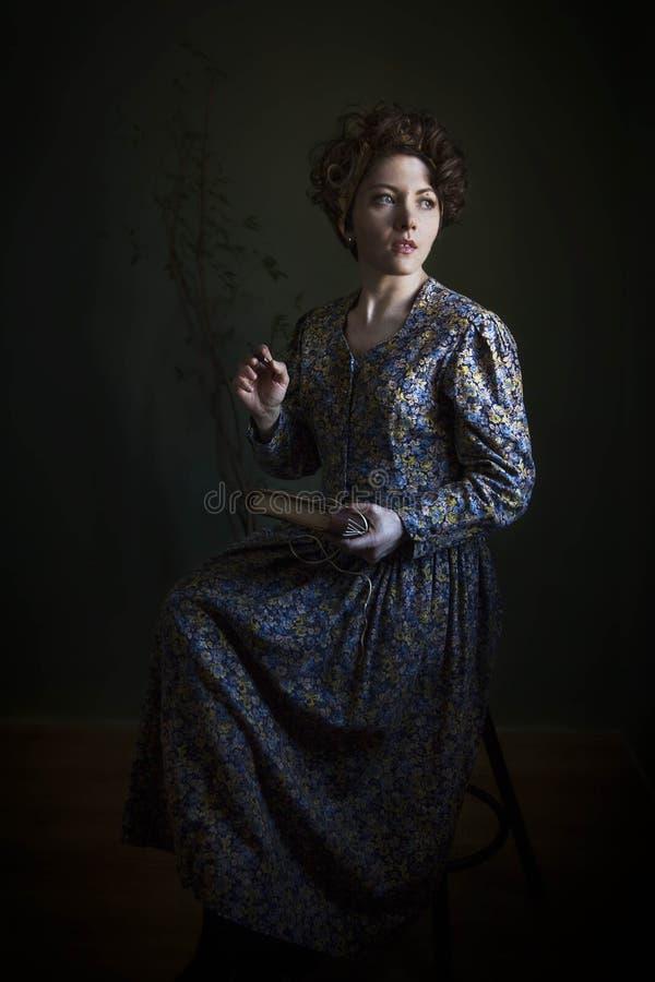 Ståenden av en ung kvinna i ett härligt engelska klär Den ljusa intrigen av Rembrandt, var den enda ljusa källan - tänd från th, royaltyfria bilder