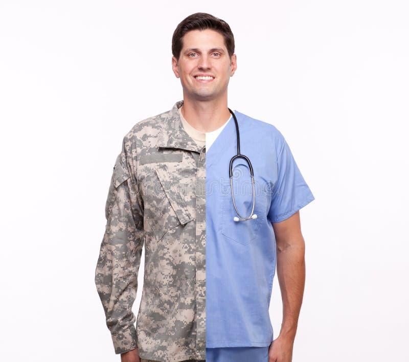Ståenden av en ung man med splittring rusar sjukskötaren och soldie royaltyfria foton