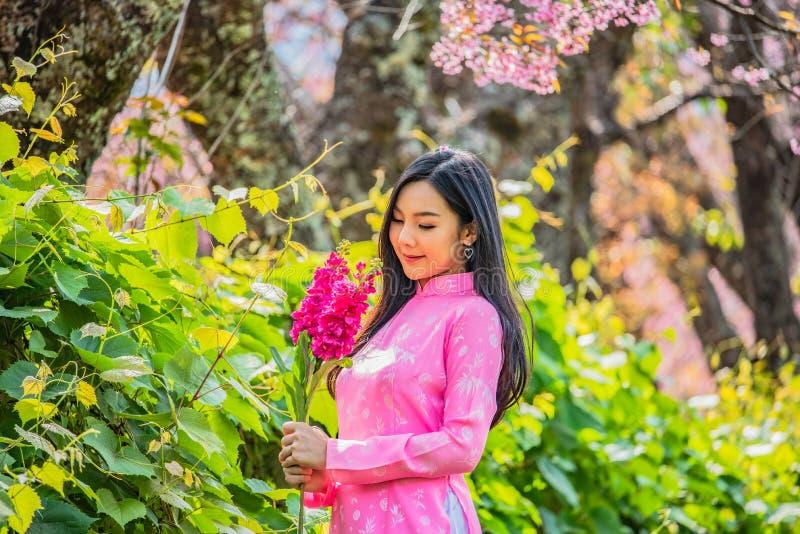 Ståenden av en ung tonårs- flicka som bär en rosa färg i, parkerar royaltyfria bilder