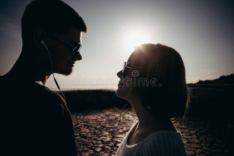 Ståenden av ett älska par av tonåringar som bär exponeringsglas, är nex arkivfoto