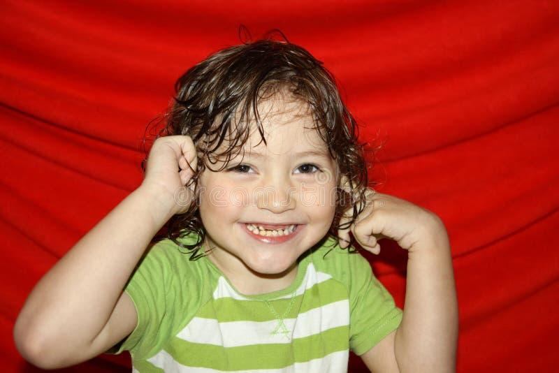 Ståenden av ett barn, sinnesrörelser av ett gulligt behandla som ett barn med gråa ögon och krokigt våt hår för tänder och fotografering för bildbyråer