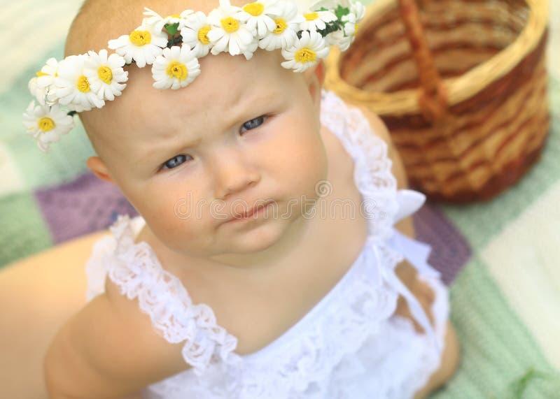 Ståenden av ett gulligt behandla som ett barn i en krans arkivbilder
