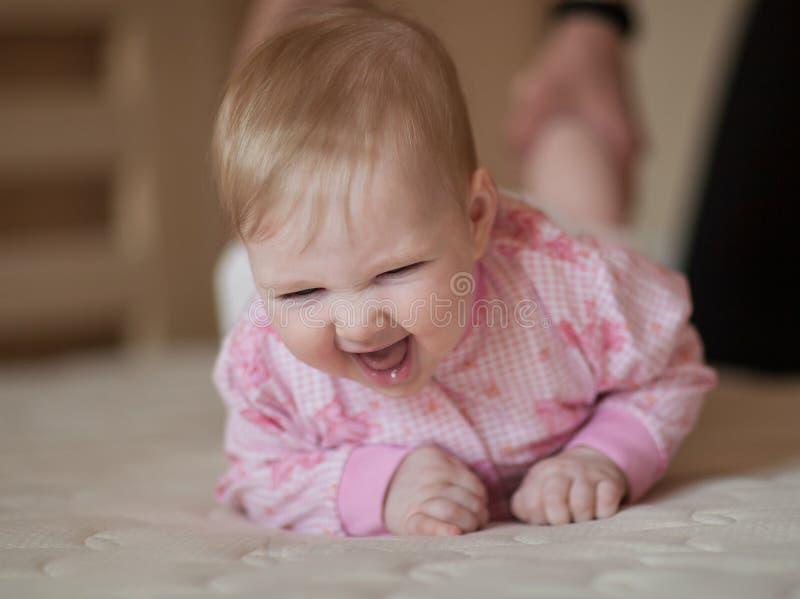 Ståenden av ett lyckligt behandla som ett barn royaltyfri bild