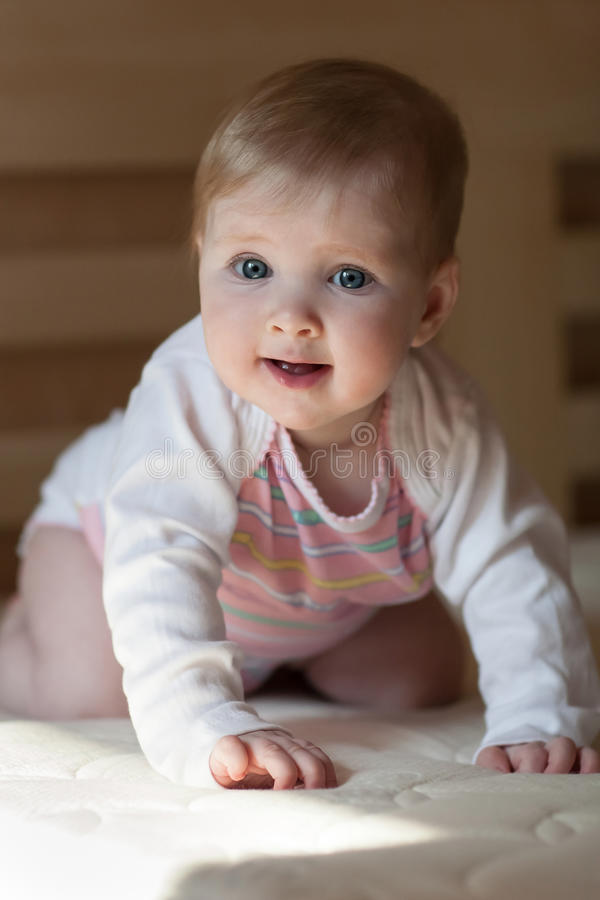 Ståenden av ett lyckligt behandla som ett barn royaltyfria foton
