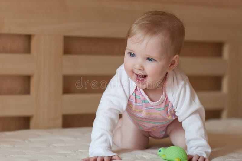 Ståenden av ett lyckligt behandla som ett barn royaltyfri foto