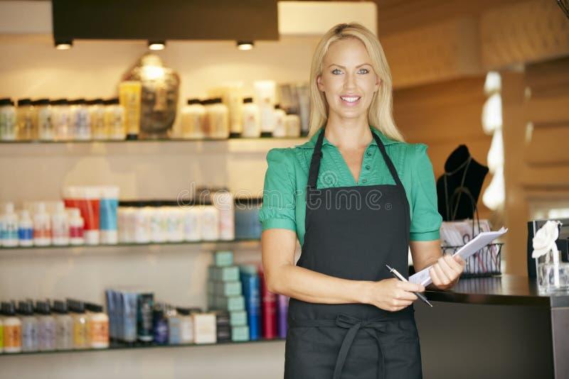 Ståenden av försäljningsassistenten i skönhetsprodukt shoppar royaltyfria foton
