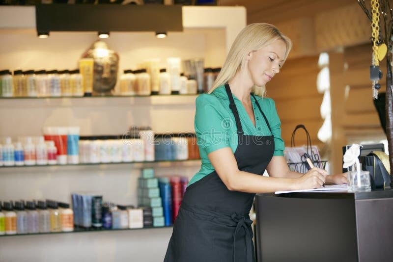Ståenden av försäljningsassistenten i skönhetsprodukt shoppar royaltyfri bild