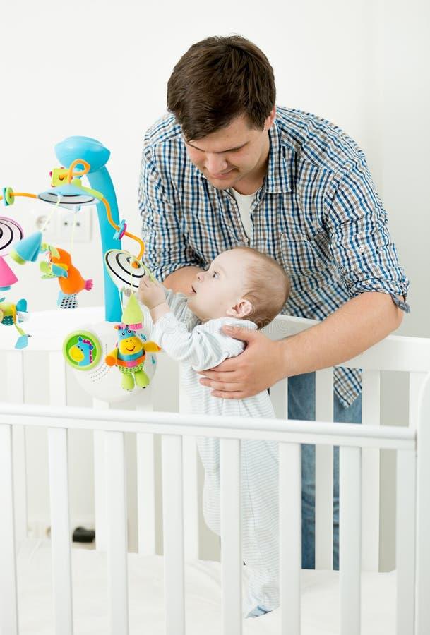 Ståenden av förtjusande behandla som ett barn att spela i kåta med hans fader royaltyfri foto