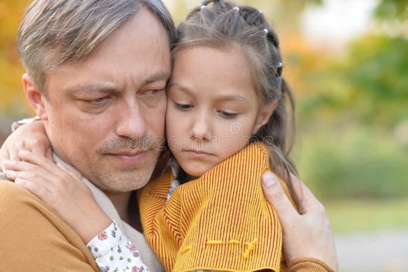Ståenden av fadern och dottern i höst parkerar utomhus royaltyfri fotografi