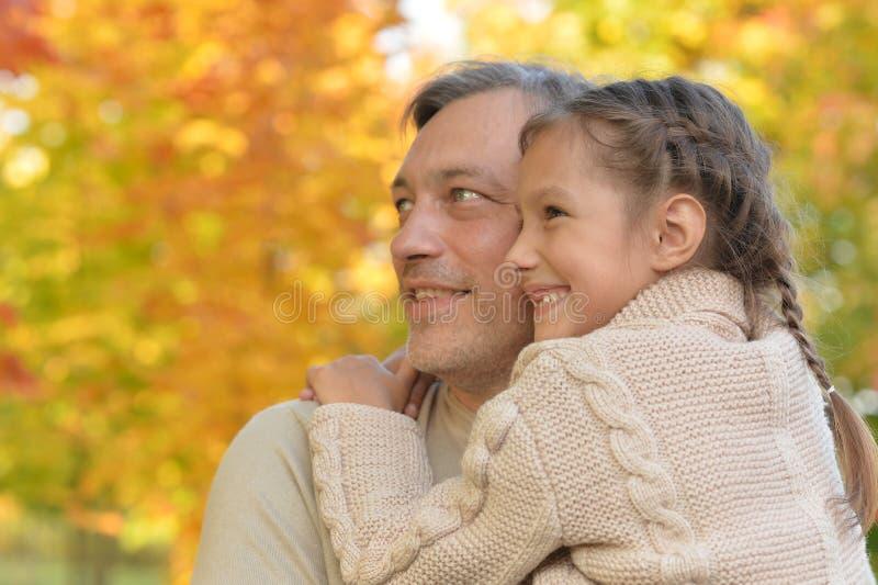 Ståenden av fadern och dottern som in kramar, parkerar royaltyfria foton