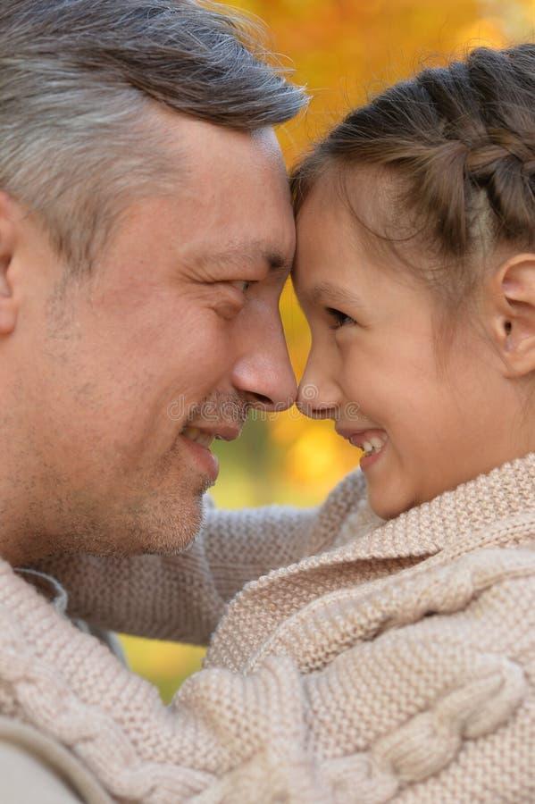Ståenden av fadern och dottern som in kramar, parkerar arkivbilder