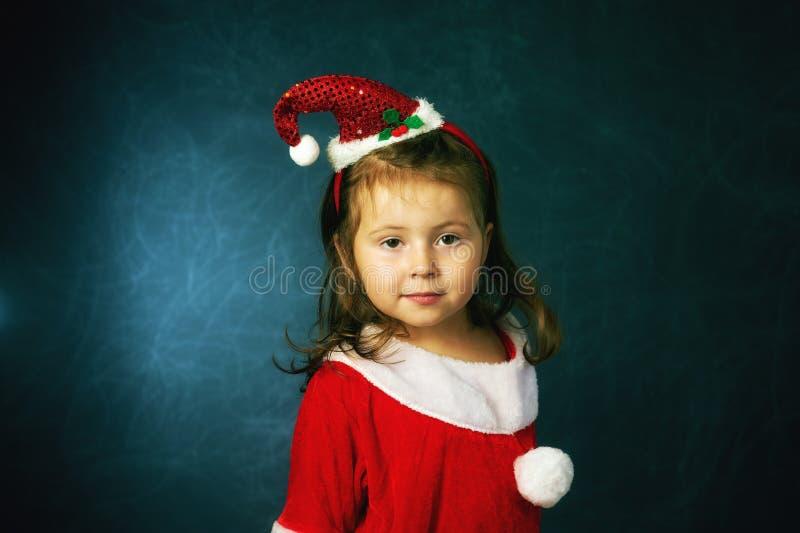 Ståenden av flickan i jul utrustar lite arkivfoton
