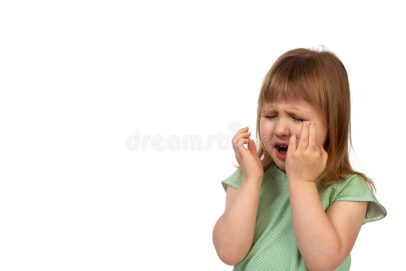 Ståenden av gråt behandla som ett barn flickan på vit bakgrund royaltyfri bild