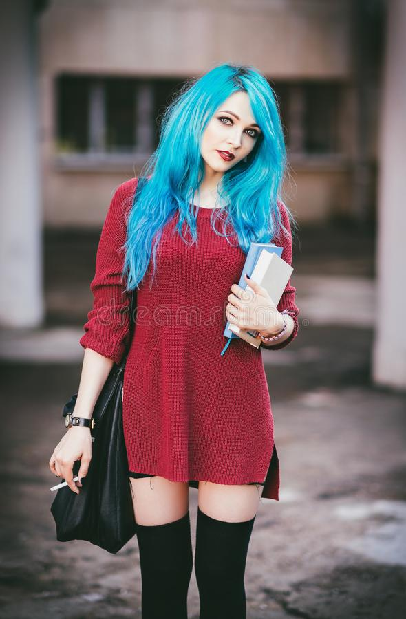 Ståenden av gullig le blått-haired grunge vaggar flickan med böcker och cigaretten i händer royaltyfria bilder