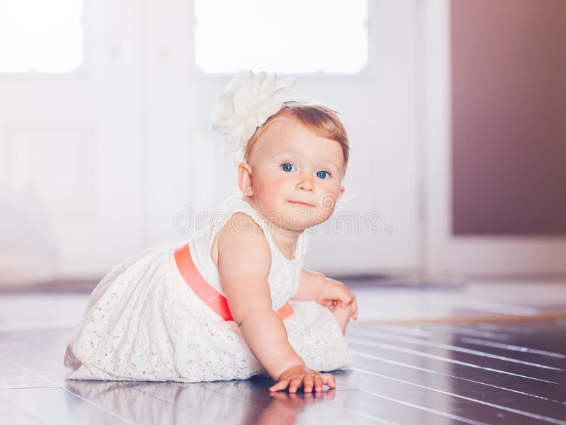 Ståenden av gulligt förtjusande blont Caucasian le behandla som ett barn barnflickan med blåa ögon i den vita klänningen med rött royaltyfri bild