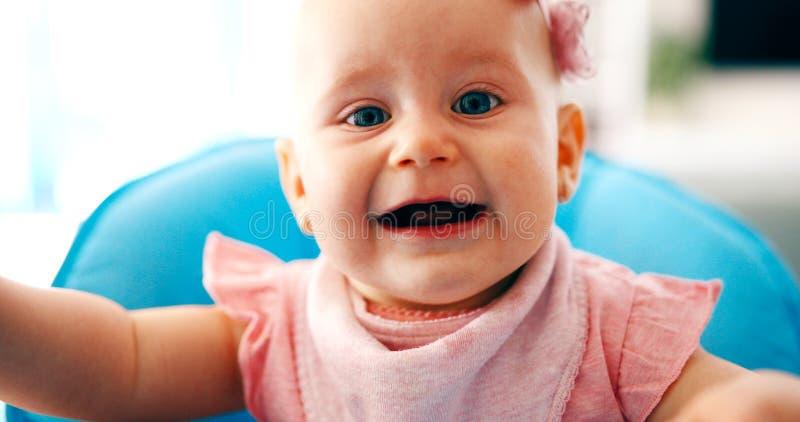 Ståenden av gulligt litet behandla som ett barn flickan med rosa färgpilbågeblomman arkivfoto