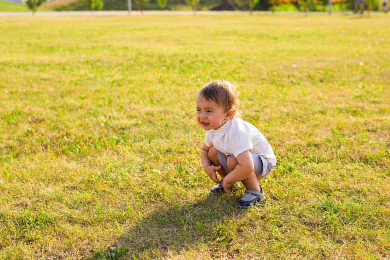 Ståenden av gulligt litet behandla som ett barn pojken som har den roliga yttersidan Le det lyckliga barnet som utomhus spelar royaltyfri bild