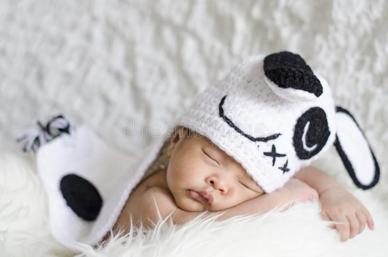 Ståenden av gulligt nyfött behandla som ett barn att sova på den vita filten arkivfoton