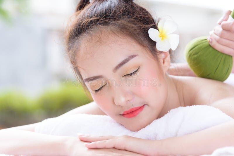 Ståenden av härligt asiatiskt folk med slut beskådar och stänger sig upp upp ögon och att ha handmassage i brunnsortsalong Skönhe fotografering för bildbyråer