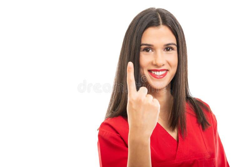 St?enden av h?rligt b?ra f?r sjuksk?terska som ?r r?tt, skurar uppvisning numret av en gest arkivbilder