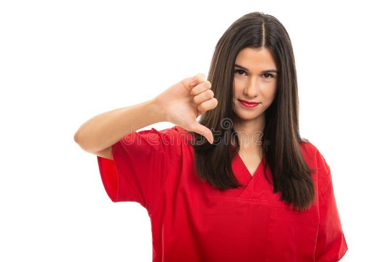 Ståenden av härligt bära för sjuksköterska som är rött, skurar uppvisning av tummen ner arkivbilder