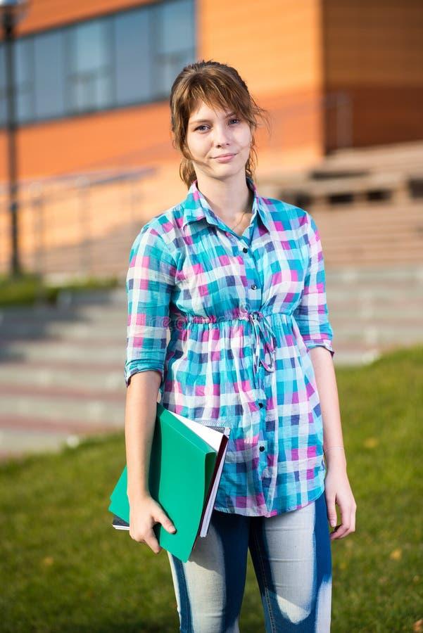 Ståenden av hållande utbildning för den unga förföriska kvinnan bokar tät flicka skjuten deltagare upp arkivfoton