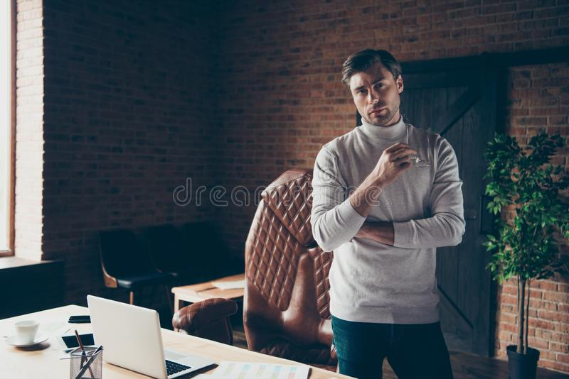 Ståenden av hans erfor han det trevliga attraktiva innehållet psykologen för finansiären för den kompetenta pr-byråhajen den själ fotografering för bildbyråer