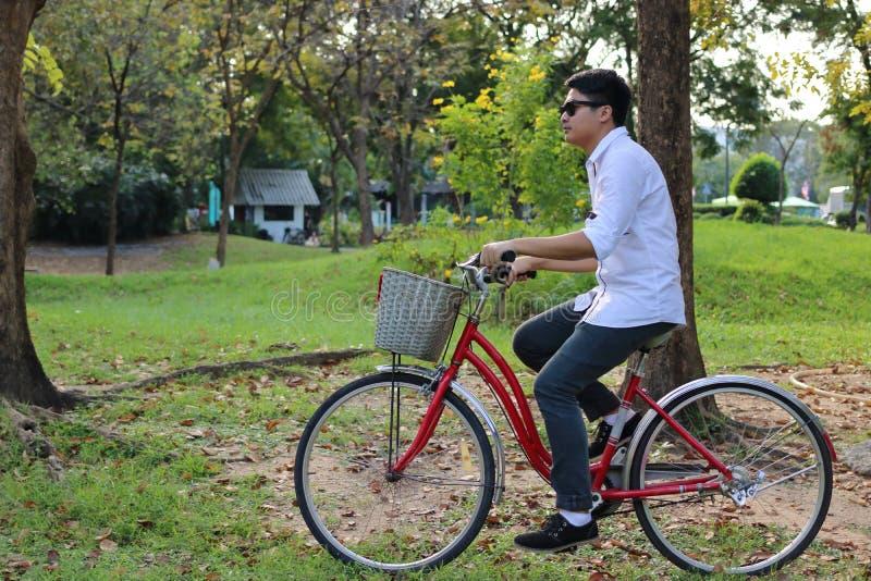 Ståenden av hipstergrabben rider en cykel i natursommar parkerar royaltyfria bilder