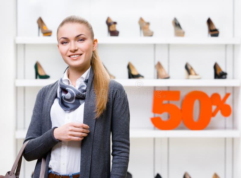 Ståenden av kvinnan shoppar in med den 50% försäljningen fotografering för bildbyråer