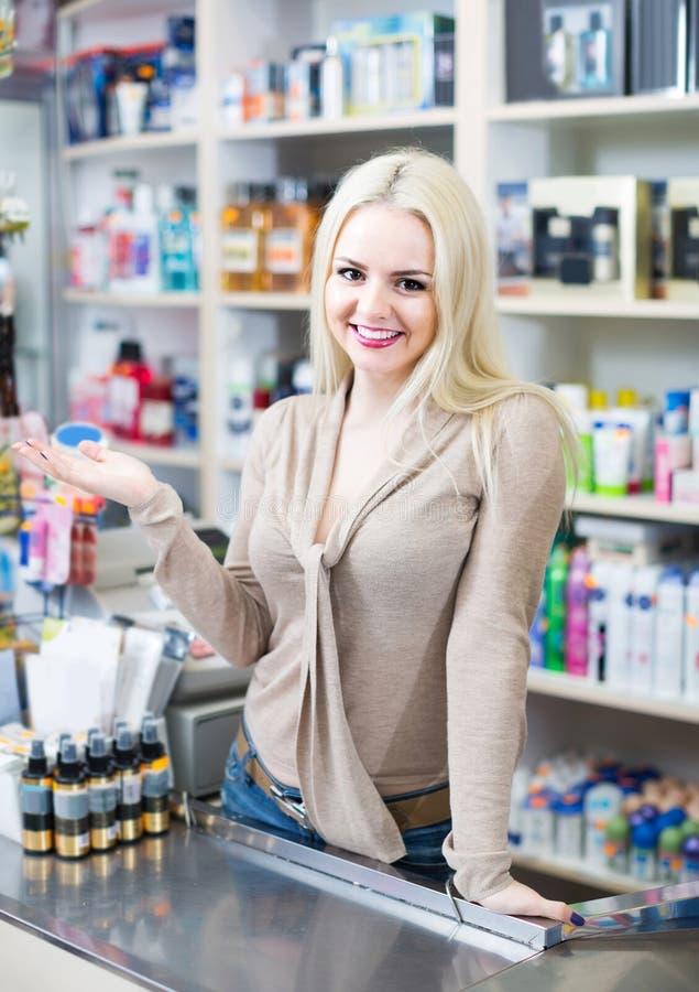 Ståenden av lagerkontoristen på hushållet och skönhetsmedlet shoppar royaltyfri fotografi
