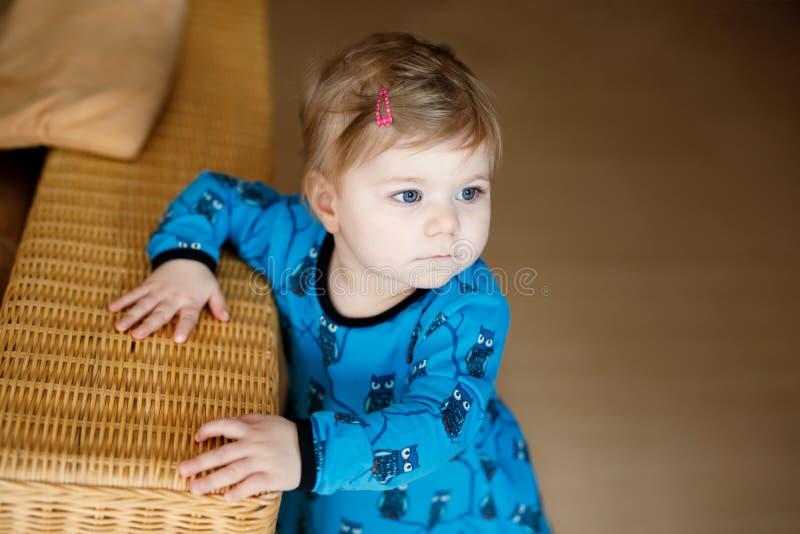 Ståenden av litet gulligt behandla som ett barn flickan som lär att gå och att stå Förtjusande litet barnflicka hemma royaltyfri fotografi